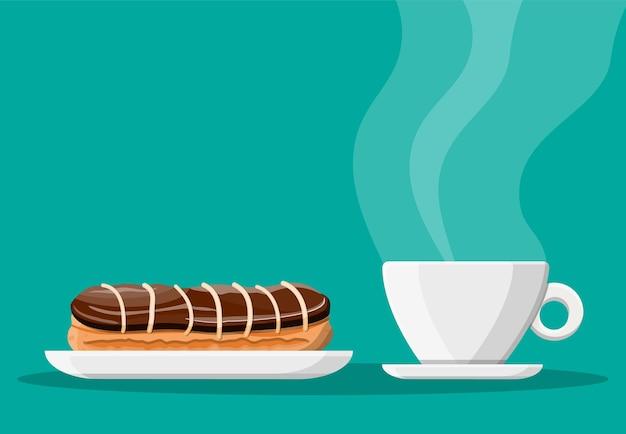 Kaffeetasse und eclair-kuchen. kaffee heißes getränk. konzept für café, restaurant, menü, desserts, bäckerei. blick auf das frühstück.
