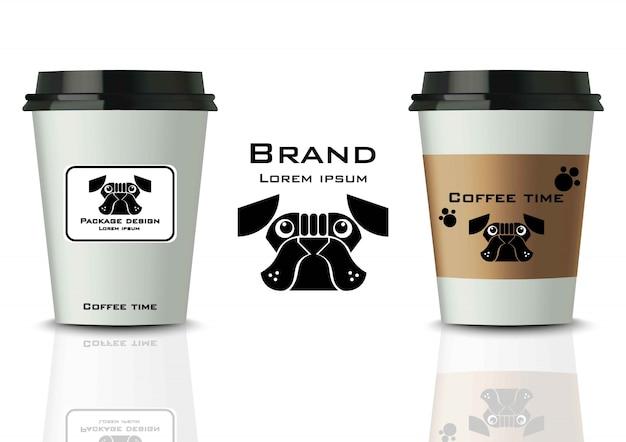 Kaffeetassen mit etiketten verspotten sich. realistische detaillierte designs
