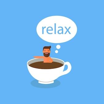 Kaffeezeit, geschäftsmann, der in der kaffeetasse sich entspannt