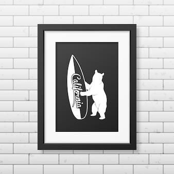 Kalifornischer bär, der ein surfbrett hält - typografischer realistischer quadratischer schwarzer rahmen an der mauer.