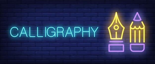 Kalligraphie-neon-text mit füllfederhalter und bleistift