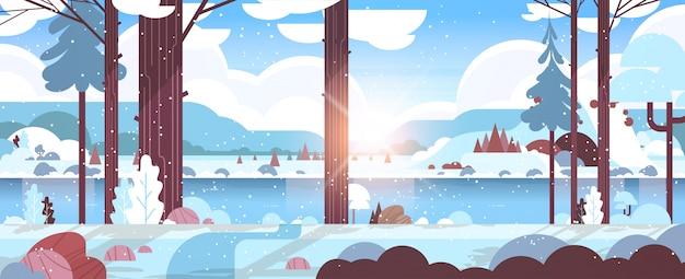 Kalter wintermorgengebirgsfluss im schneebedeckten waldsonnenaufganglandschaftsnaturhintergrund horizontal