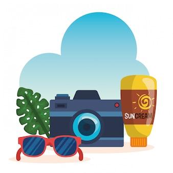 Kamera mit sonnenbrille und sonnencreme mit exotischem blatt