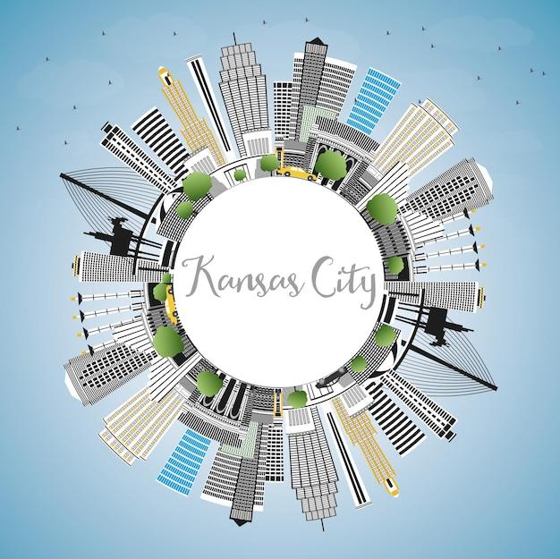 Kansas city missouri skyline mit farbgebäuden, blauem himmel und textfreiraum. vektor-illustration. geschäfts- und tourismuskonzept mit moderner architektur. kansas city-stadtbild mit sehenswürdigkeiten.