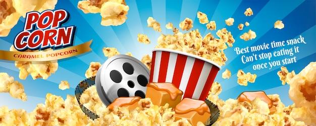 Karamell-popcorn-bannerwerbung mit fliegenden körnern und kinoartikeln in der illustration