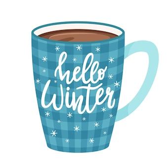 Karierter blauer becher mit kaffee, kakao oder tee. tasse mit einem heißen getränk. handschriftliche inschrift-hallo winter. beschriftung.