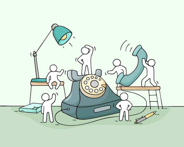 Karikatur arbeitende kleine leute mit großem telefon.