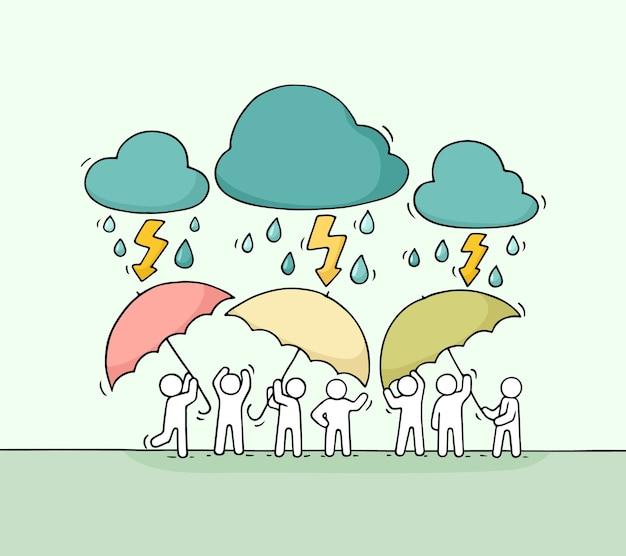 Karikatur arbeitende kleine leute mit regenschirm. kritzeln sie niedliche miniaturszene der arbeiter, die sich vor regen verstecken. hand gezeichnete karikaturillustration