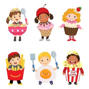 Karikatur der niedlichen kinder in den essenskostümen eingestellt. karnevalskleidung für kinder.
