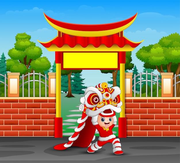 Karikatur des kindes chinesischen drachetanz spielend