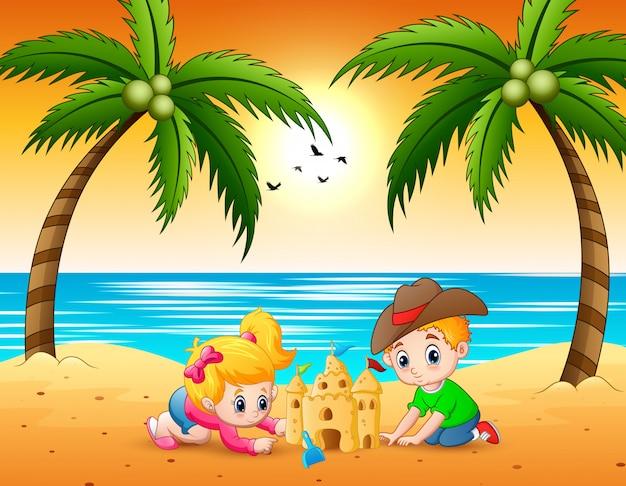 Karikatur des kleinen jungen und des mädchens, die sandburg am strand machen