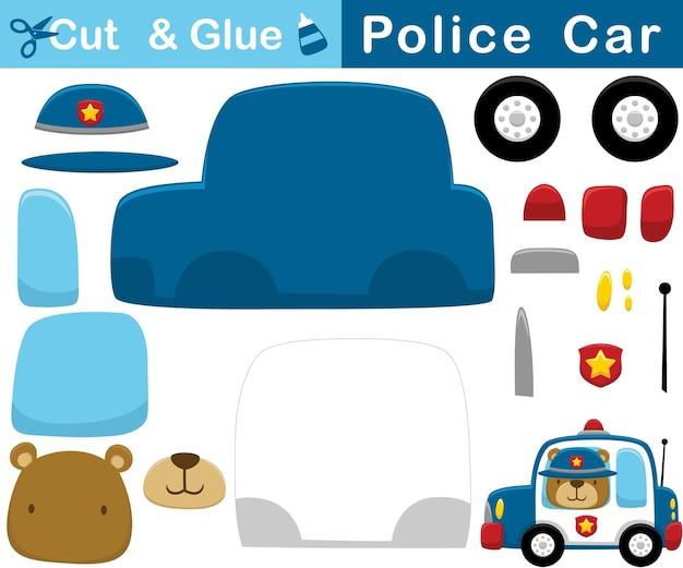 Karikatur des lustigen bären, der polizeimütze auf polizeiauto trägt. bildungspapierspiel für kinder. ausschnitt und kleben