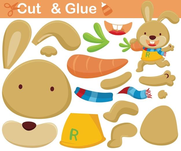 Karikatur des lustigen kaninchens, das große karotte trägt. bildungspapierspiel für kinder. ausschnitt und kleben