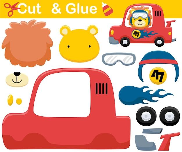 Karikatur des lustigen löwen, der helm auf rennwagen trägt. bildungspapierspiel für kinder. ausschnitt und kleben