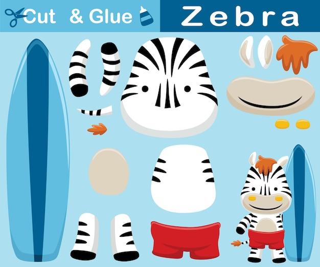 Karikatur des lustigen zebras, das beim halten des surfbretts steht. bildungspapierspiel für kinder. ausschnitt und kleben