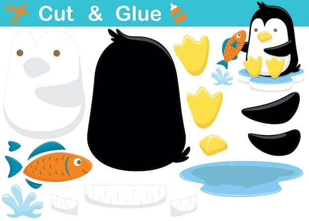Karikatur des netten pinguins, der auf eisklumpen mit einem fisch sitzt. bildungspapierspiel für kinder. ausschneiden und kleben