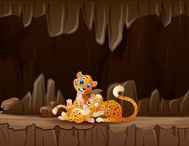Karikatur ein gepardenmutter mit ihrem jungen in der höhle