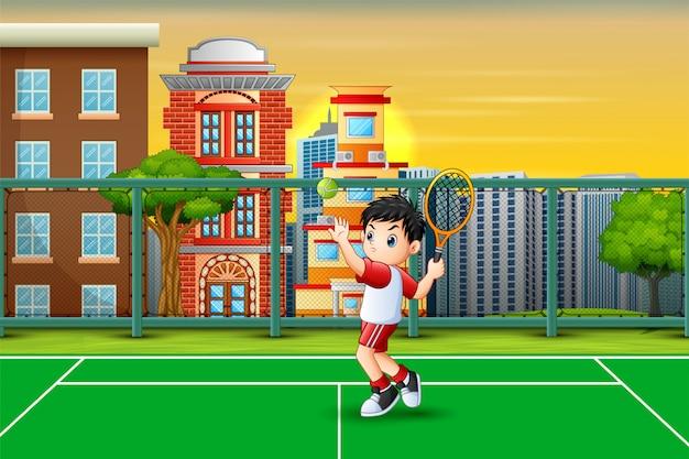 Karikatur ein junge, der tennis am gericht spielt