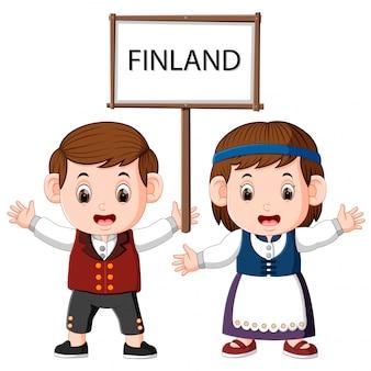 Karikatur-finnland-paare, die traditionelle kostüme tragen