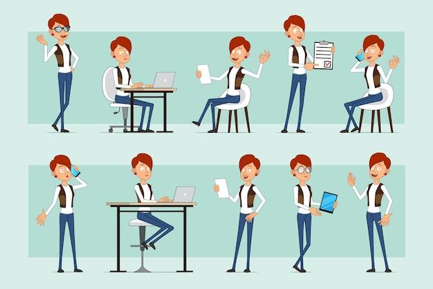 Karikatur flache lustige rothaarige frauenfigur in lederjacke und jeans. mädchen, das notiz liest, die am laptop arbeitet und am telefon spricht