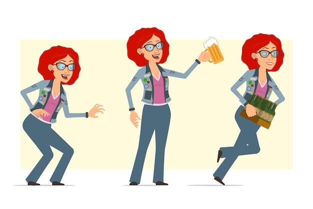 Karikatur flache lustige rothaarige hippie-frauenfigur in brille und jeansjacke. mädchen, das mit bierflaschen läuft und bierkrug hält.
