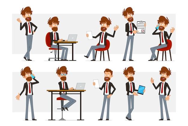 Karikatur flacher lustiger bärtiger geschäftsmanncharakter im schwarzen anzug und in der roten krawatte. junge, der notiz liest, die am laptop arbeitet und am telefon spricht.
