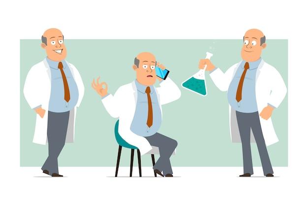Karikatur flacher lustiger fetter kahler doktormanncharakter in weißer uniform mit krawatte. junge, der am telefon spricht und chemische flasche hält. bereit für animation. auf grünem hintergrund isoliert. einstellen.