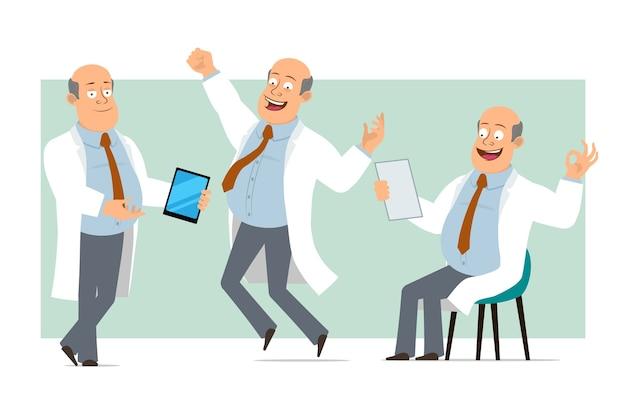 Karikatur flacher lustiger fetter kahler doktormanncharakter in weißer uniform mit krawatte. junge, der intelligentes tablett hält und dokument liest. bereit für animation. auf grünem hintergrund isoliert. einstellen.