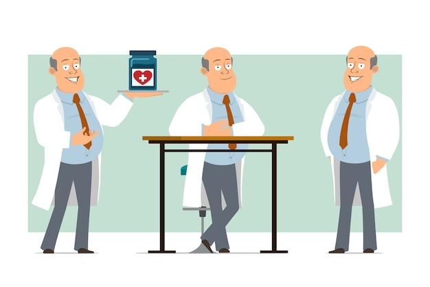 Karikatur flacher lustiger fetter kahler doktormanncharakter in weißer uniform mit krawatte. junge, der medizinisches glas aufwirft und hält. bereit für animation. auf grünem hintergrund isoliert. einstellen.