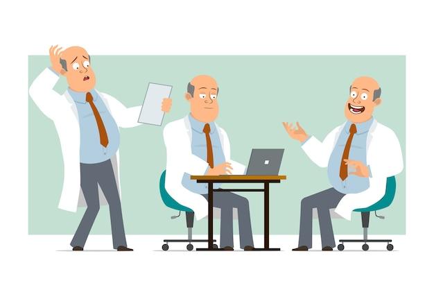 Karikatur flacher lustiger fetter kahler doktormanncharakter in weißer uniform mit krawatte. junge, der notiz liest und am laptop arbeitet. bereit für animation. auf grünem hintergrund isoliert. einstellen.