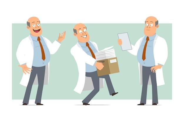 Karikatur flacher lustiger fetter kahler doktormanncharakter in weißer uniform mit krawatte. junge, der papierkasten trägt und notiz liest. bereit für animation. auf grünem hintergrund isoliert. einstellen.