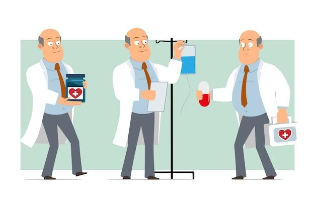 Karikatur flacher lustiger fetter kahler doktormanncharakter in weißer uniform mit krawatte. junge, der pille hält und medizinisches erste-hilfe-set trägt. bereit für animation. auf grünem hintergrund isoliert. einstellen