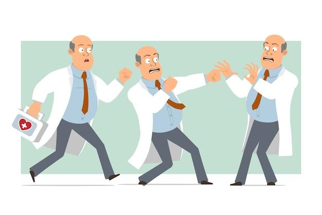 Karikatur flacher lustiger fetter kahler doktormanncharakter in weißer uniform mit krawatte. junge kämpft und rennt mit erste-hilfe-kasten. bereit für animation. auf grünem hintergrund isoliert. einstellen.