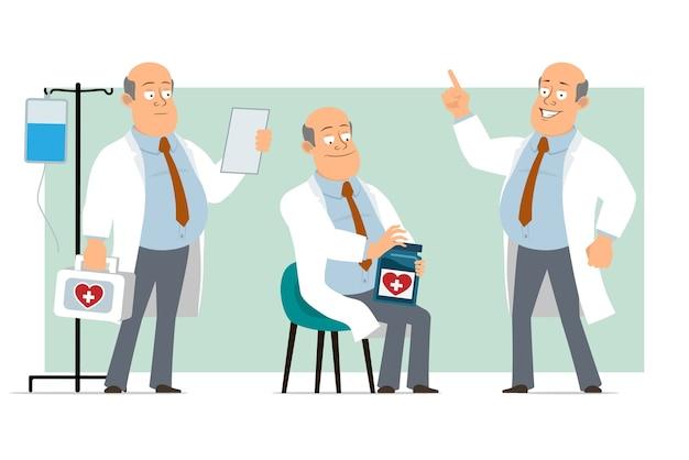 Karikatur flacher lustiger fetter kahler doktormanncharakter in weißer uniform mit krawatte. junge liest notiz, halten, medizinisches glas und erste-hilfe-kit. bereit für animation. auf grünem hintergrund isoliert. einstellen.