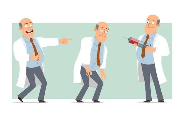 Karikatur flacher lustiger fetter kahler doktormanncharakter in weißer uniform mit krawatte. junge müde, lachend und medizinische spritze haltend. bereit für animation. auf grünem hintergrund isoliert. einstellen.
