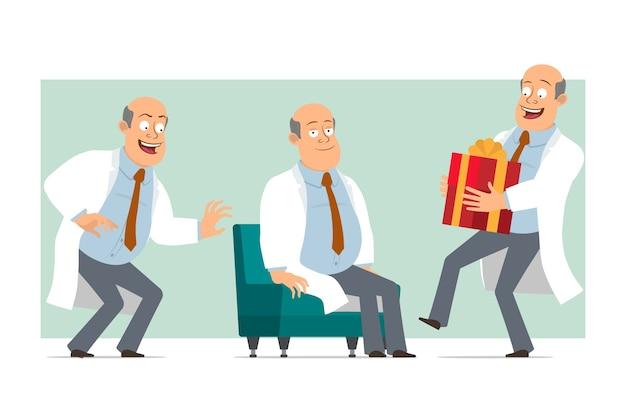 Karikatur flacher lustiger fetter kahler doktormanncharakter in weißer uniform mit krawatte. junge schleicht und trägt neujahrsgeschenk. bereit für animation. auf grünem hintergrund isoliert. einstellen.