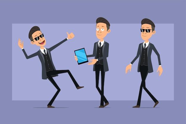 Karikatur flacher lustiger mafia-manncharakter im schwarzen mantel und in der sonnenbrille. junge, der intelligentes tablett hält und daumen hoch zeichen zeigt. bereit für animation. auf violettem hintergrund isoliert. einstellen.