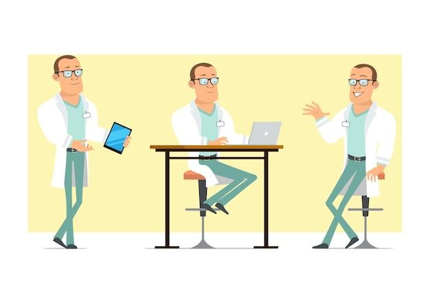 Karikatur flacher lustiger starker doktormanncharakter in der weißen uniform und in den gläsern. junge, der an laptop arbeitet und smart tablet hält. bereit für animation. auf gelbem hintergrund isoliert. einstellen.