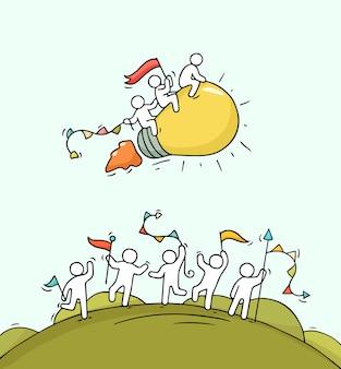 Karikatur glückliche kleine leute mit startlampenidee. kritzeln sie niedliche miniaturszene der arbeiter und starten sie konzept. hand gezeichnet für geschäftsentwurf.