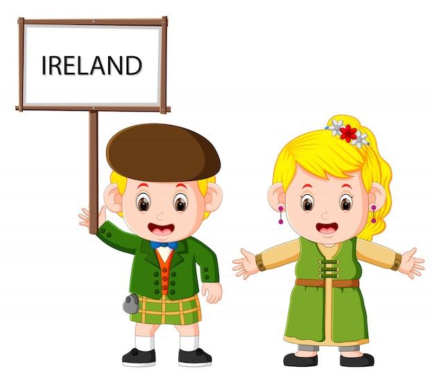 Karikatur-irland-paare, die traditionelle kostüme tragen
