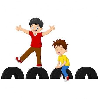Karikatur-kinder, die spaß im spielplatz haben