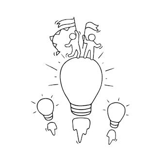 Karikatur kleine leute mit fliegender lampenidee. kritzeln sie niedliche miniaturszene der kreativen arbeiter. hand gezeichnete karikatur für geschäftsdesign und infografik.