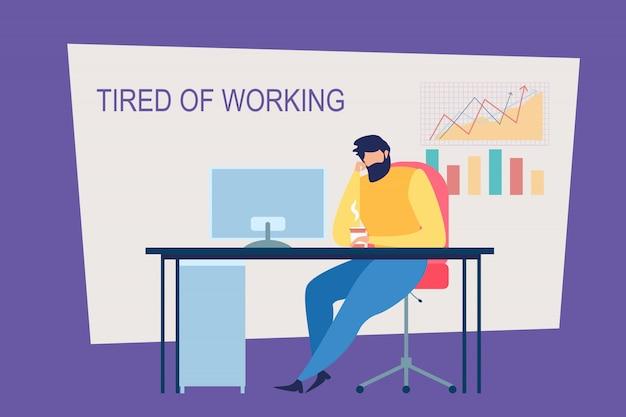 Karikatur-mann ermüdet vom arbeiten am bürotisch
