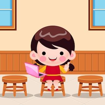 Karikatur-niedliches kleines mädchen, das laptop-präsentation im klassenzimmer hält