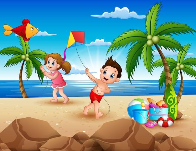 Karikatur von den kleinen kindern, die mit drachen auf dem strand spielen