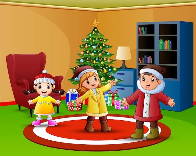 Karikatur von glücklichen kindern im wohnzimmer mit weihnachtsbaum