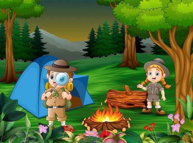 Karikatur von kindern, die draußen im wald kampieren