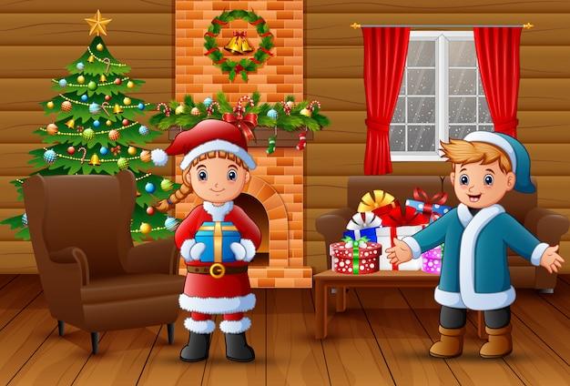 Karikatur von sankt eine geschenkbox und einen jungen im wohnzimmer halten