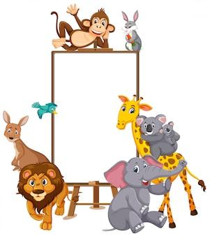 Karikaturfigur der wilden tiere und leeres banner auf weißem hintergrund