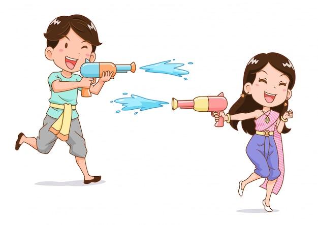Karikaturfigur des jungen und des mädchens, die wasserpistole im songkran festival, thailand spielen.